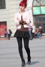 街拍的蓬松短裙黑丝红