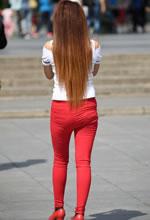 街拍的紧身红裤露肩上