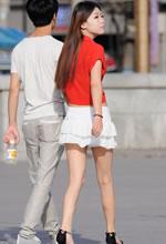 街拍的白色蓬松超短裙