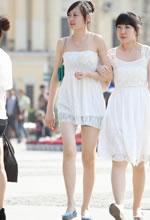 街拍的吊带连衣裙白皙
