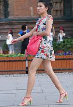 街拍的清凉短裙白皙双