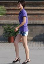 街拍的牛仔短裤裸腿短