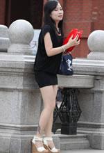 街拍的黑色包臀短裙坡