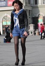 街拍的浅蓝帽衫黑丝细