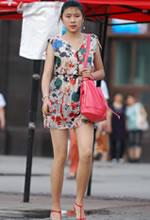 街拍的花色短裙白皙双