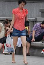 街拍的牛仔短裙白皙双