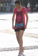 街拍的粉衫短裤光滑美