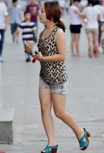 街拍的豹纹背心裸腿热