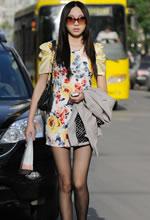 街拍的花色短裙黑丝苗