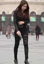 街拍的紧身黑漆皮裤长