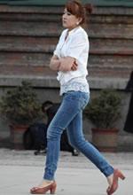 街拍的蕾丝边白衫牛仔
