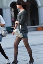街拍的针织衫牛仔短裙