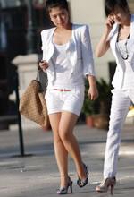 街拍的白色套装粉嫩裸