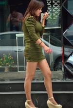 街拍的紧身短裙棕色丝