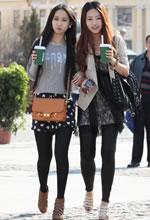 街拍两个漂亮的时尚长
