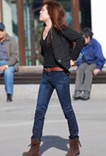 财富广场街拍的牛仔长