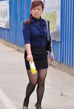 街拍丰满黑丝包臀短裙