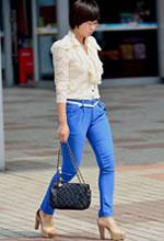 街拍的蓝色长裤短发美