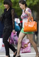 海东路街拍绿短裙黑网