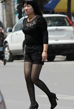 街拍油亮的黑色丝袜短