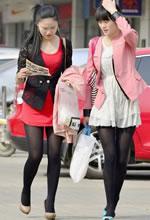 学院西路街拍的红裙黑