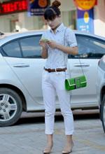 街拍的白色长裤丸子头