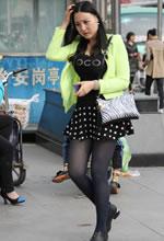 街拍的短裙蓝丝微胖美