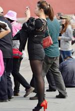 旅游景点抓拍的超短裙