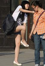 街拍的短裤白皙美腿嫩