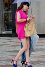 雨中抓拍的粉红套装白