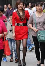 旅游景点的大红连衣裙