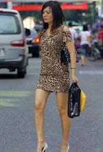 街拍的豹纹衫裙白皙嫩