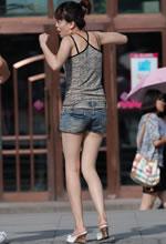 街拍的吊带背心牛仔短裤美女