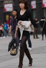 街拍的黑衣黑丝齐肩短发美女