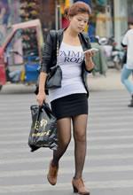 街拍过马路的紧身短裙黑丝美女