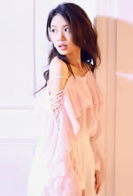 黄英粉色上衣搭配白色短裤清新甜