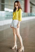 黄英身穿黄色衬衣搭配白色短裤现