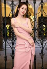 张佳宁粉色兔耳裙亮相