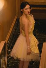 李沁黄裙轻纱足间闪耀
