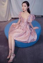 宋轶粉红泡泡袖公主裙